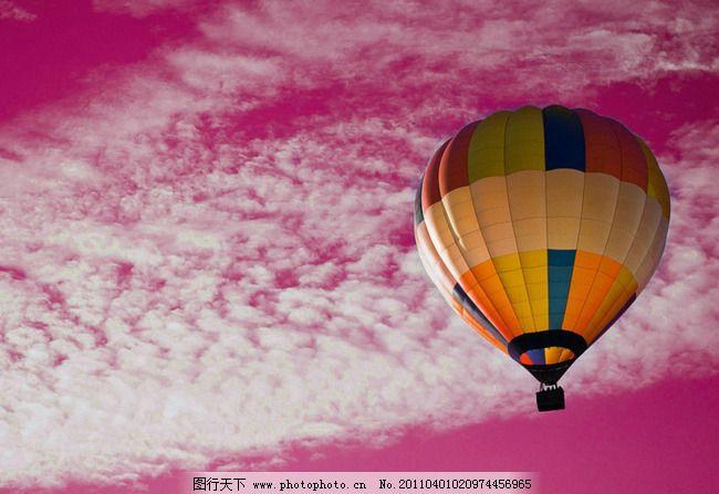 品红色天空下氢气球背景