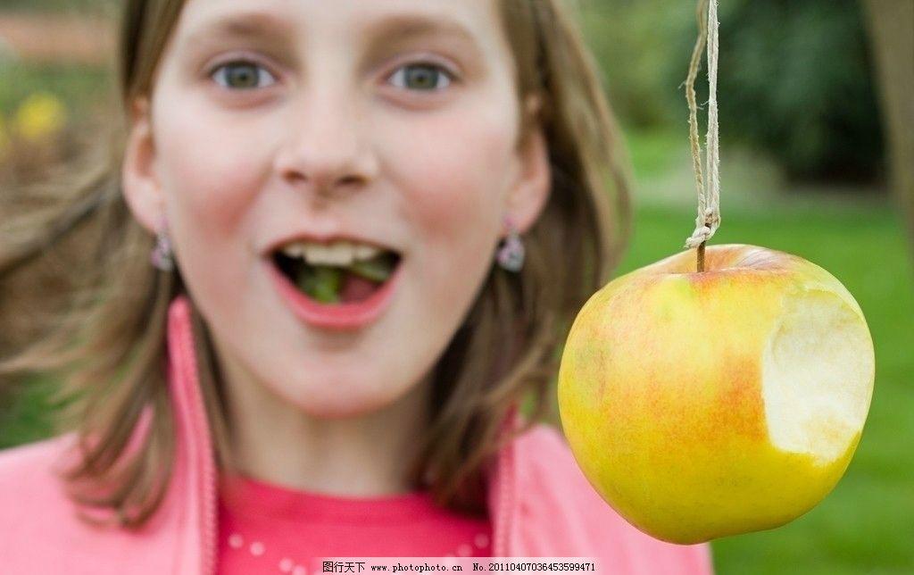 吃苹果的小女孩图片