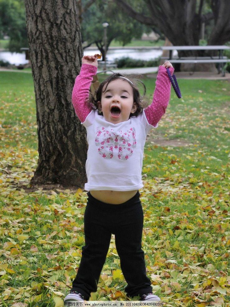 外国儿童 小女孩 女童 哥伦比亚人 小姑娘 胖乎乎脸 大眼睛 公园 草地