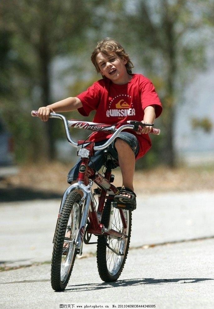 骑自行车的男孩 男孩 自行车 户外 骑车 运动 玩耍 小男孩 小孩子