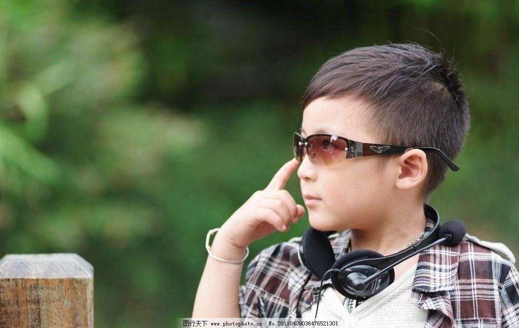 小男孩 室外 写真 男小孩 儿童 格子衬衫 休闲裤 戴墨镜 听筒耳机 身