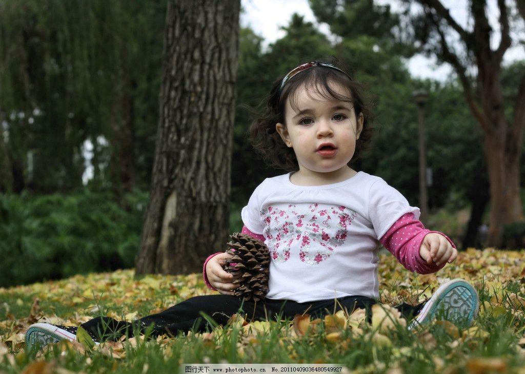 外国儿童 小女孩 女童 哥伦比亚人 小姑娘 胖乎乎脸 大眼睛 公园 草地 席地坐 天真可爱 惹人喜爱 外国小孩 生活写真照 可爱的小孩 儿童幼儿 人物图库 摄影 72DPI JPG