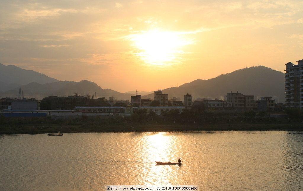 云彩 山峰 山巒 新豐江 廣東河源 江上漁者 小船 夕陽與江面 自然風景