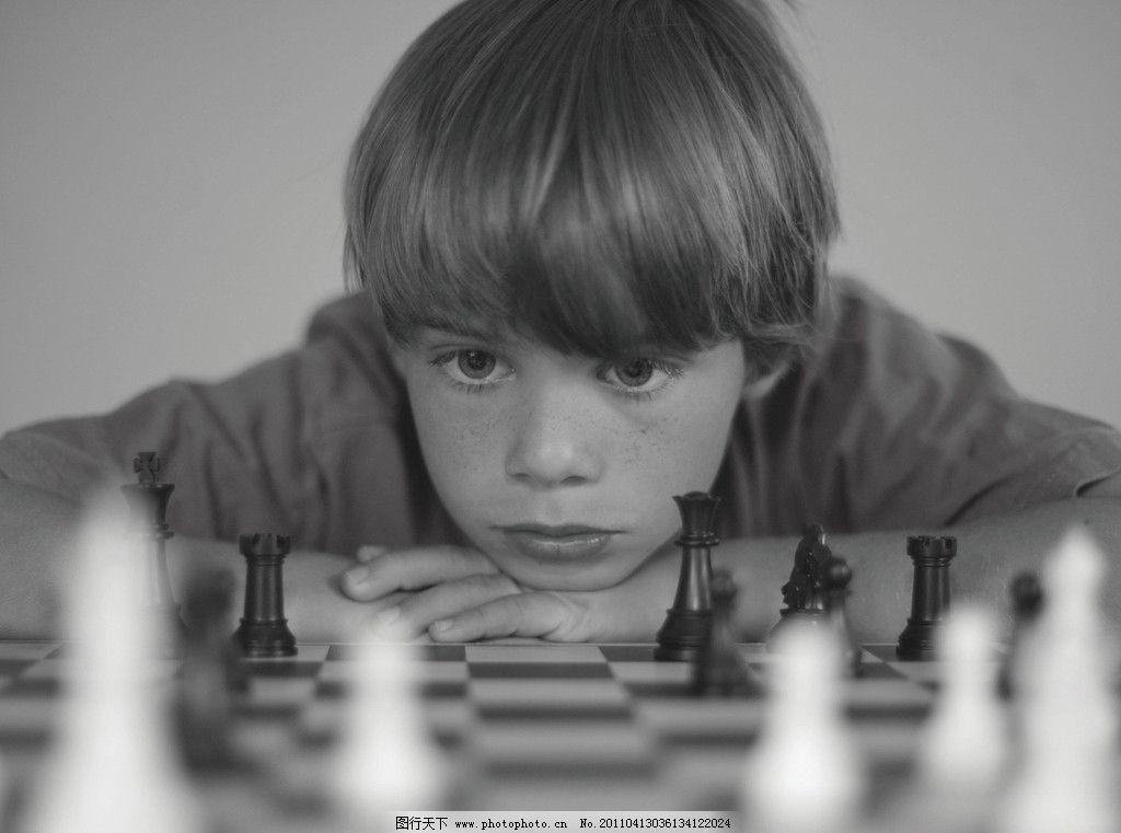 黑白 男孩 西方男孩 思考 沉思 象棋 国际象棋 对弈 外国男孩 乐趣 棋