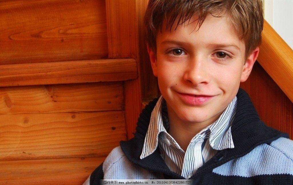 西方男孩 欧美男孩 楼梯 室内 家里 可爱 小孩子 少年儿童 帅气 模特