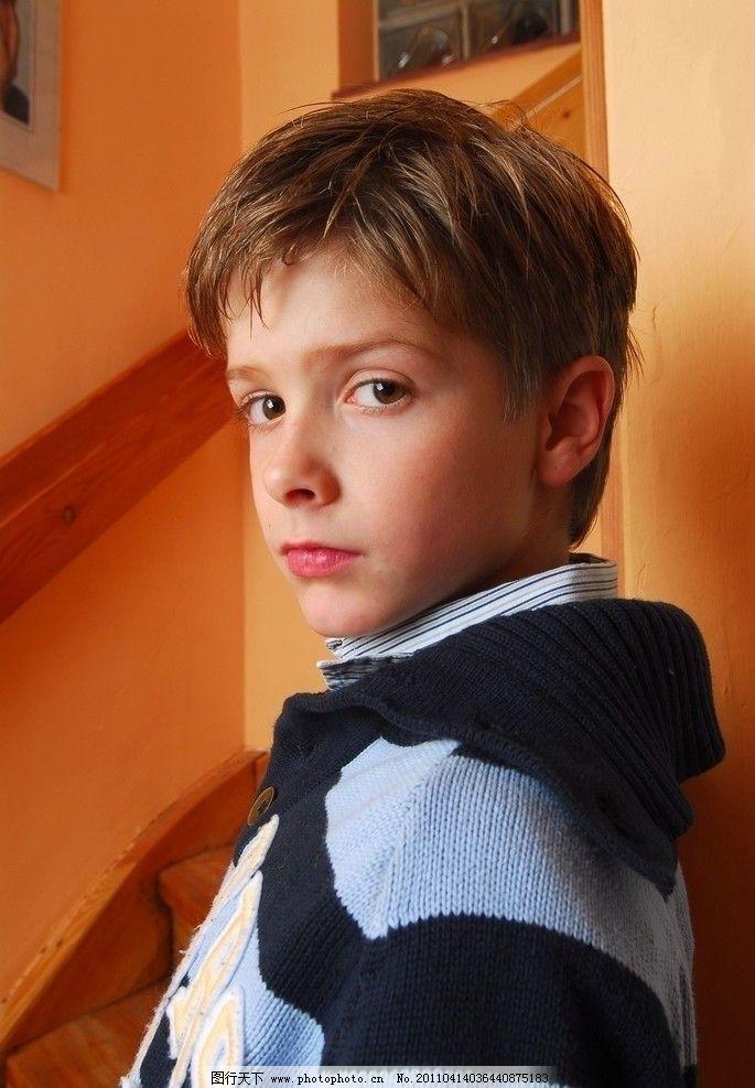 靠着墙的男孩子 男孩 西方男孩 欧美男孩 小孩子 帅气 可爱 家里 楼梯