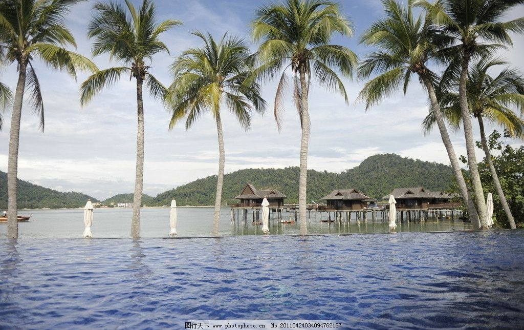 椰岛海波 椰树 椰子树 海边 海岛 远山 海水 渡假 马来西亚绿中岛风景