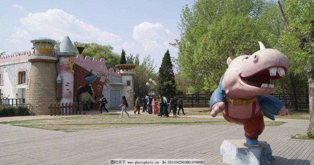 犀牛雕塑 犀牛 动物园 游客 树木 白云 卡通雕塑 动物雕塑 造型 快乐