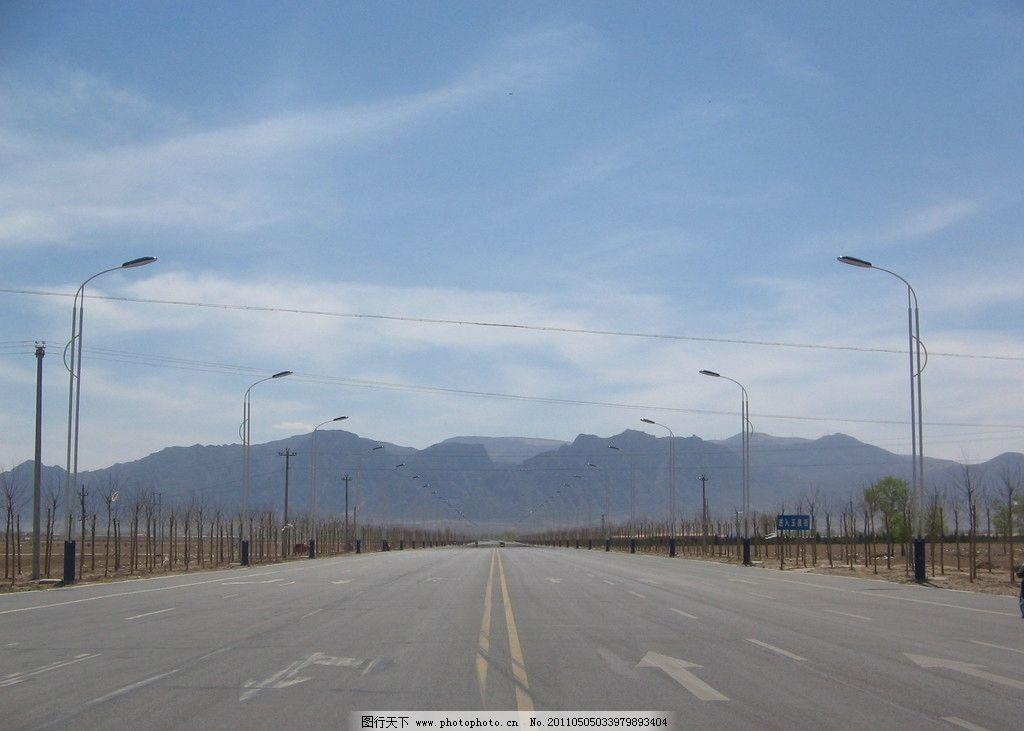 公路 远山 路灯 笔直 白云 背景 开阔 国内旅游 旅游摄影 摄影