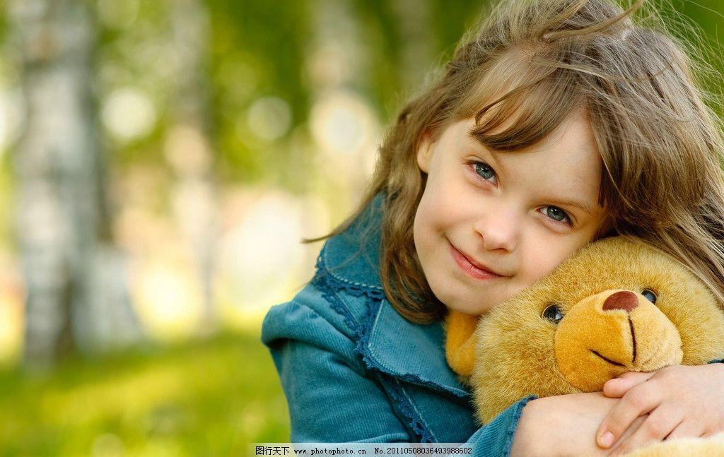 笑着的小女孩 玩具熊 高清摄影 小女孩 可爱笑脸 儿童幼儿 人物图库
