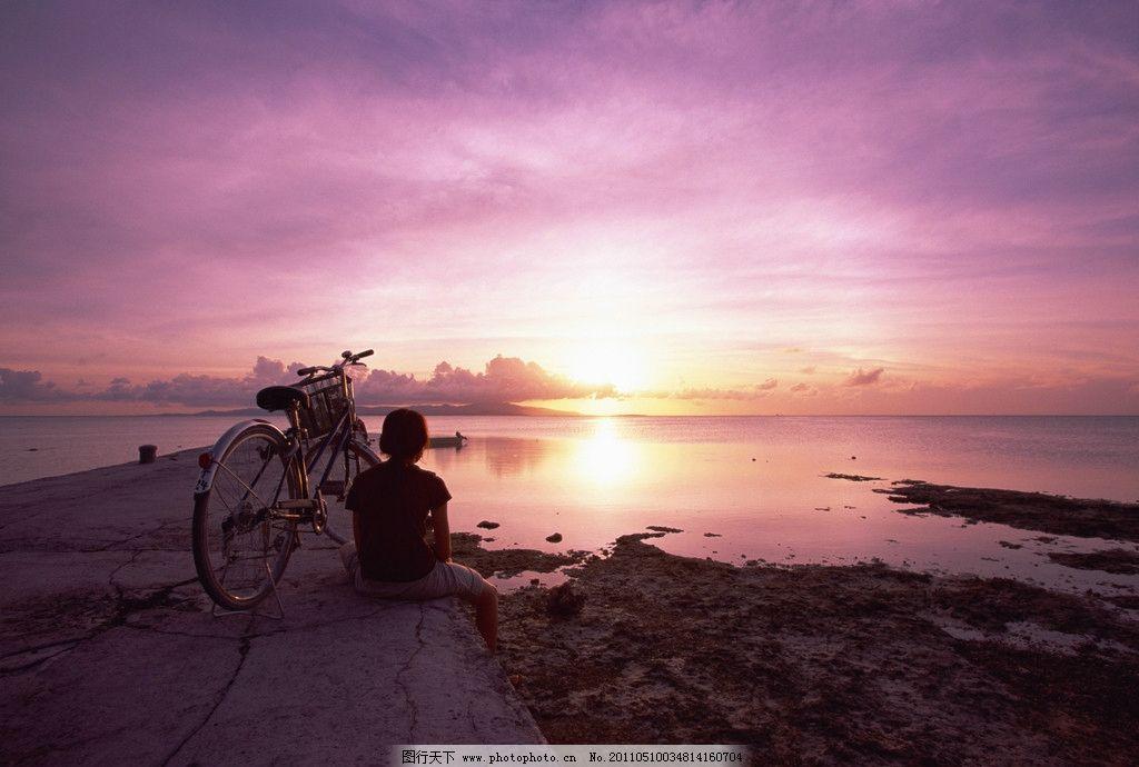 海边天空 自然风光 海 水 自行车 人物 阳光 土地 天空 云 自然风景