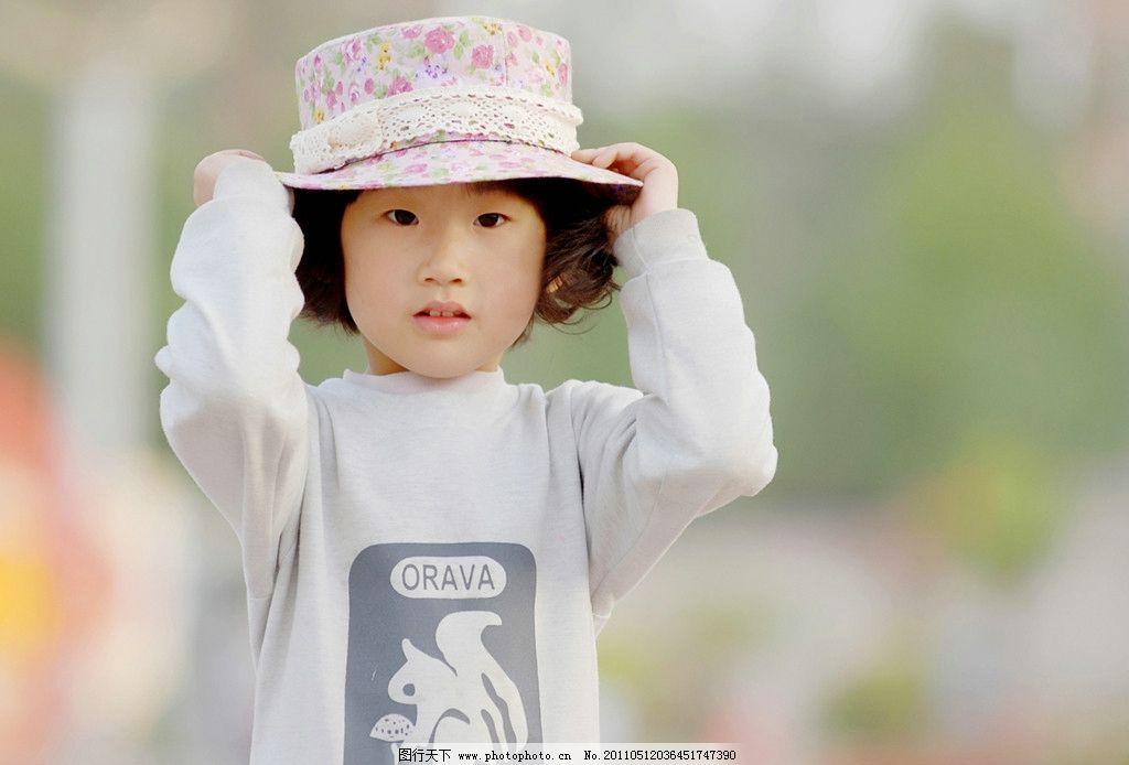可爱小丫头 观望 戴帽子