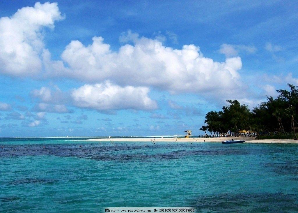 塞班岛 军舰海滩 风光 海面 浩瀚无际 长长海浪 碧蓝海水 涉水泳者 游艇 沙滩 树林 蓝天白云 旅游景观 太平洋岛屿 旅游胜地 畅游世界(澳洲 太平洋岛国篇) 国外旅游 旅游摄影 摄影 230DPI JPG