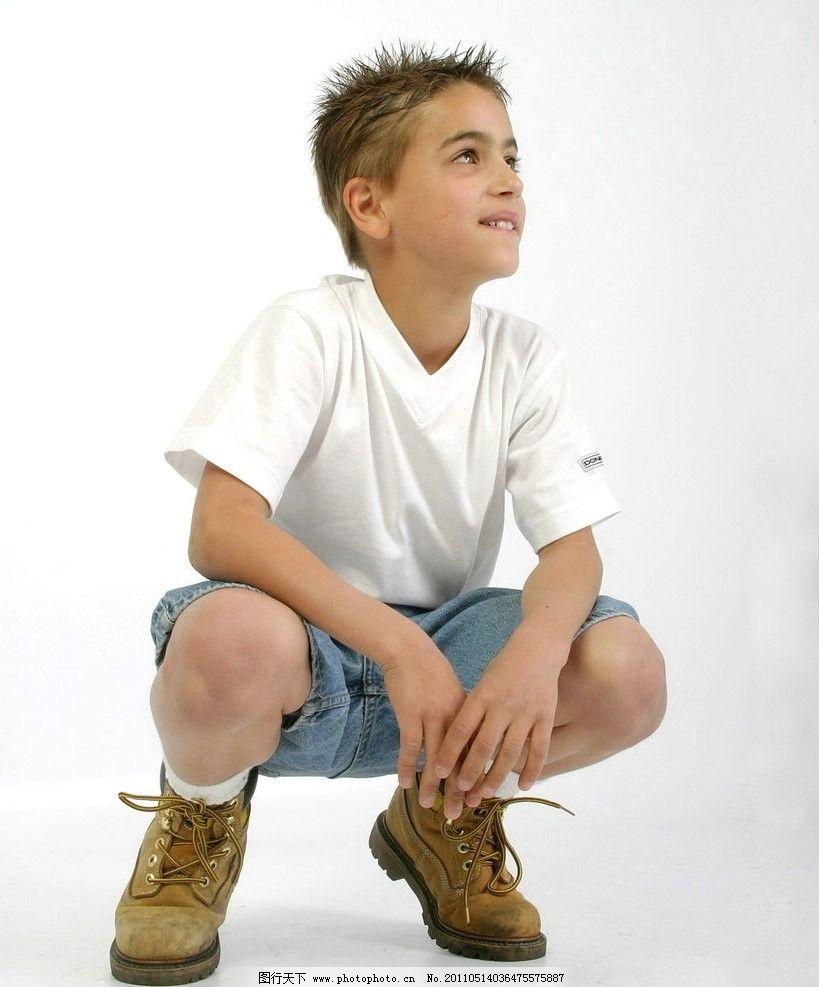 蹲着微笑的男孩图片