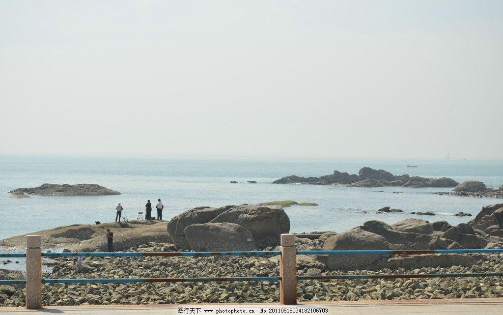 青岛 海边 风景 风光 海水 海湾 海礁 碎石 海边路 护栏 小船 钓鱼人
