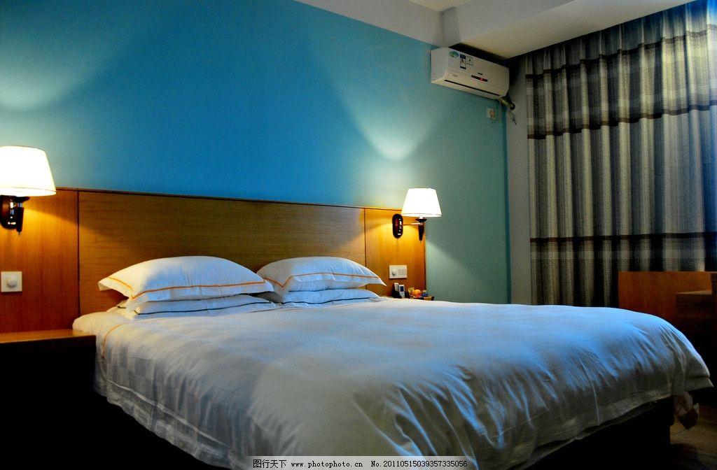 酒店房间效果图 酒店 床 台灯 窗帘 蓝色墙壁 室内摄影 建筑园林 摄影