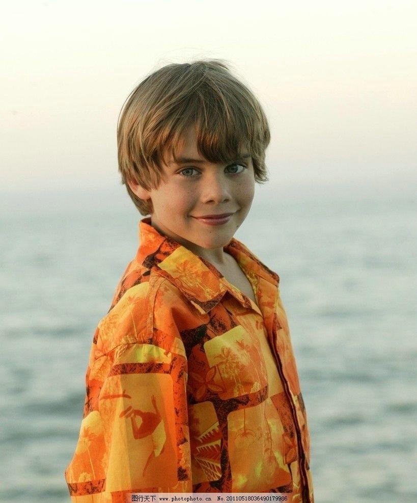 在海边微笑的男孩 男孩 户外 海边 微笑 可爱 西方男孩 欧美男孩 小