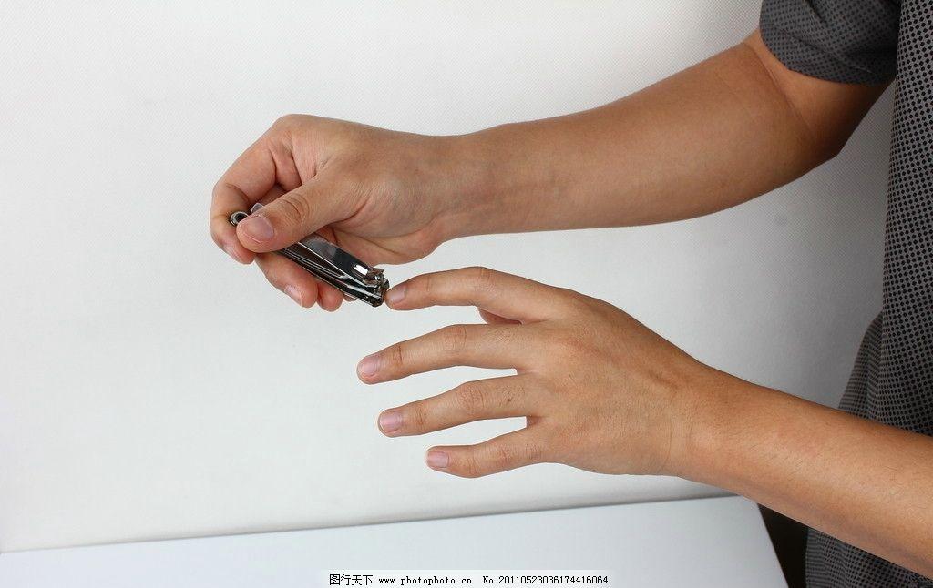 剪手指甲图片