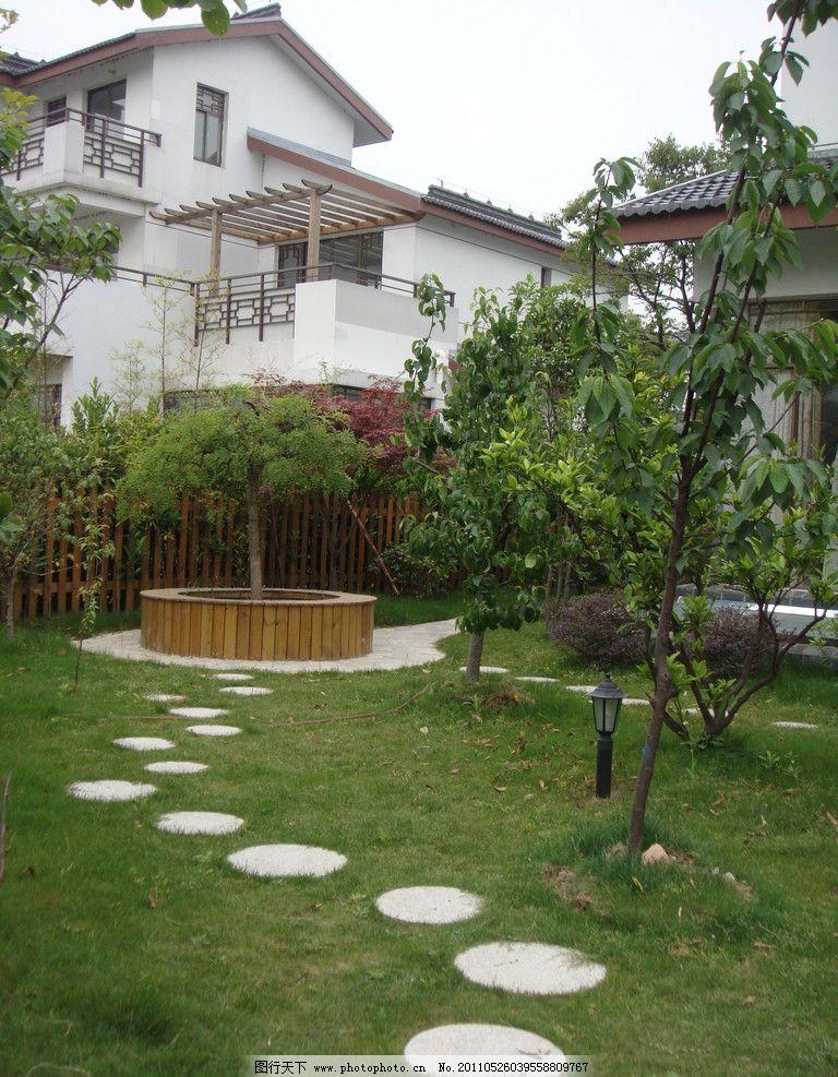 庭院汀步 别墅房子 小树 景观树 木质花坛 圆石路 地灯 园林建筑 建筑