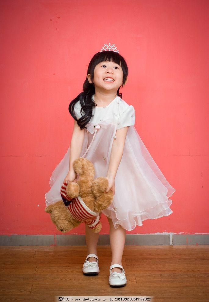 儿童摄影 公主裙 纯色背景 玩具 小女孩 裙子 儿童幼儿 人物图库