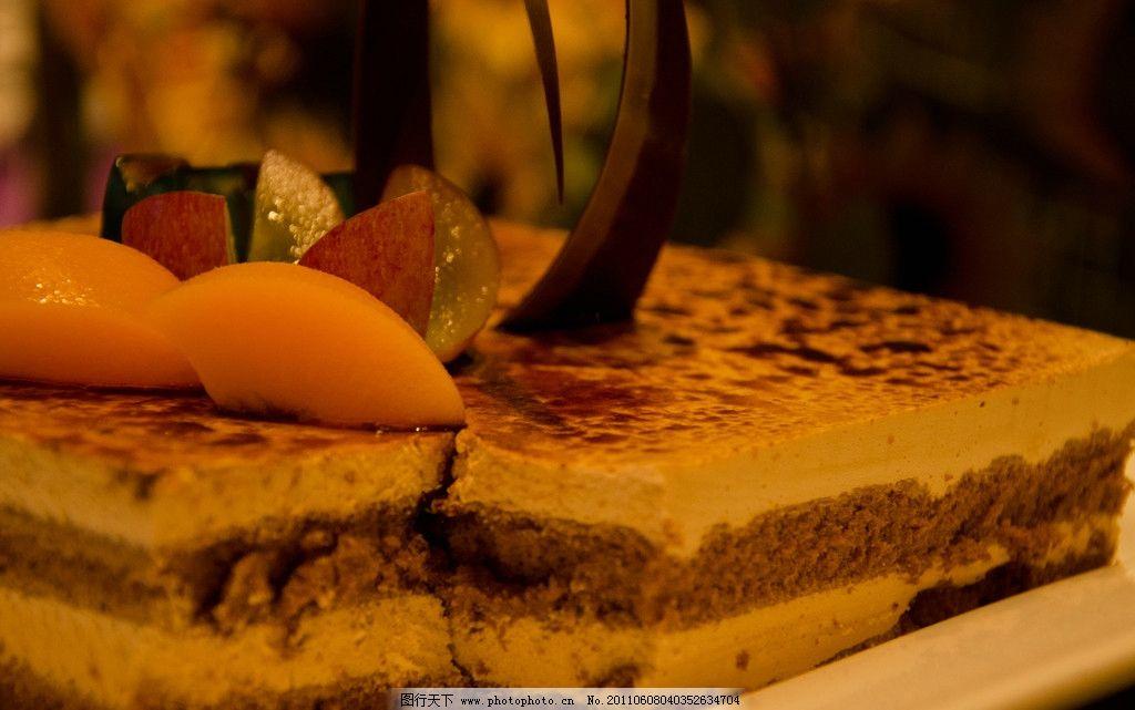 蛋糕 糕点 甜点 美味 诱人 巧克力 褐色 较颗粒球 叉 切块 配图 西餐