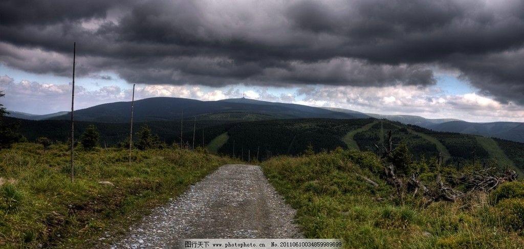 山路 山脉 公路 乌云密布/乌云密布下的山脉公路山路图片