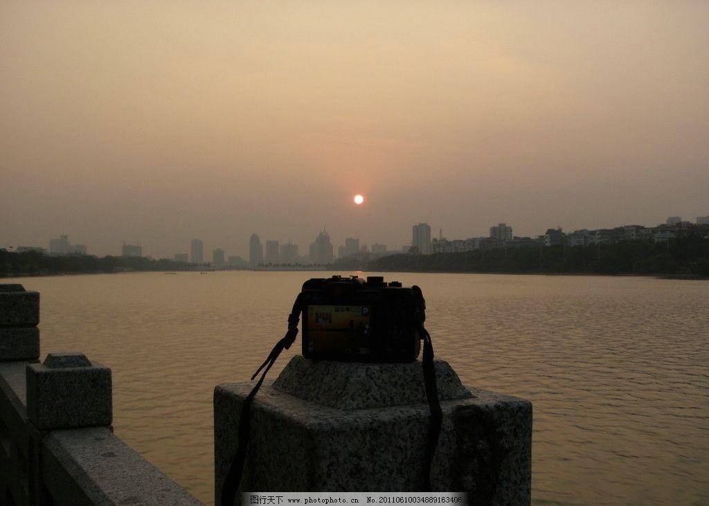 记录夕阳 夕阳 落日 相机 记录 水面 江边 城市 建筑 自然风景 自然景