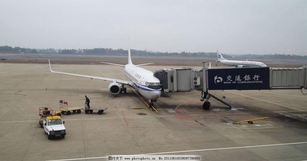 机场 飞机场 候机楼 道路 交通工具 飞机 通道 人行天桥 建筑 现代