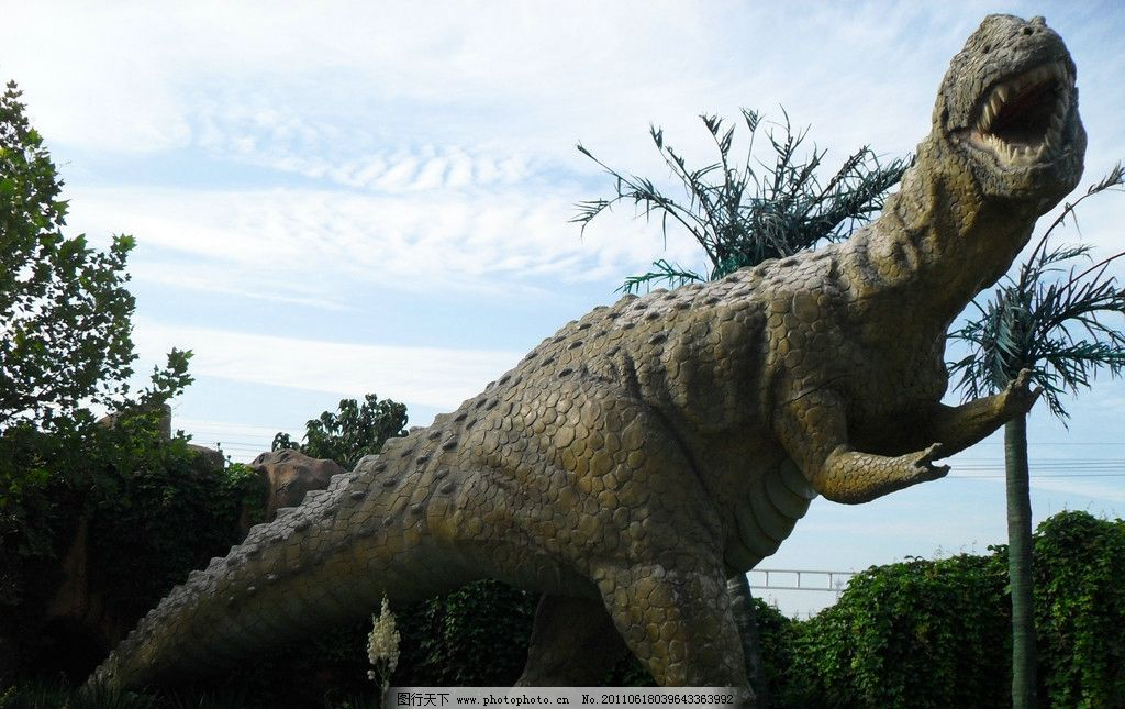 恐龙 假山 树木 蓝天 白云 雕塑 建筑园林 摄影 96dpi jpg