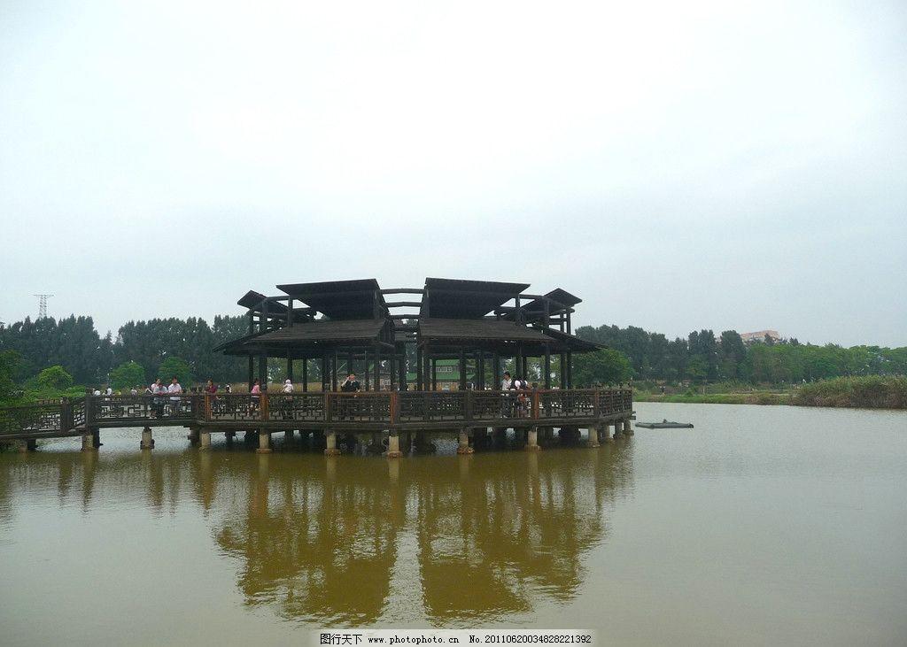 湖中亭廊 黑色 复古 木结构 湖中 廊亭 倒影 天空 自然风景 自然景观