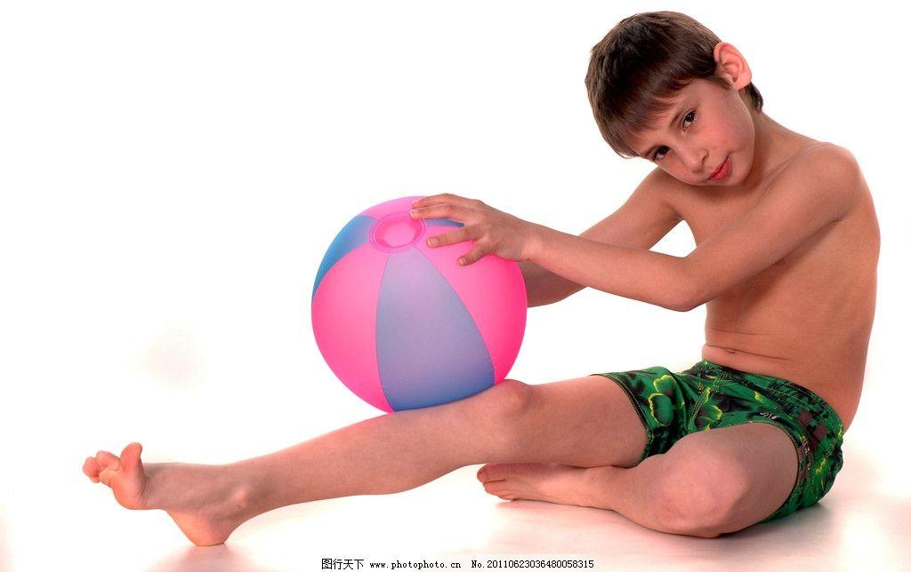 外国男孩 小孩子 少年儿童 室内 球 可爱 玩耍 玩球 坐姿 淘气 模特
