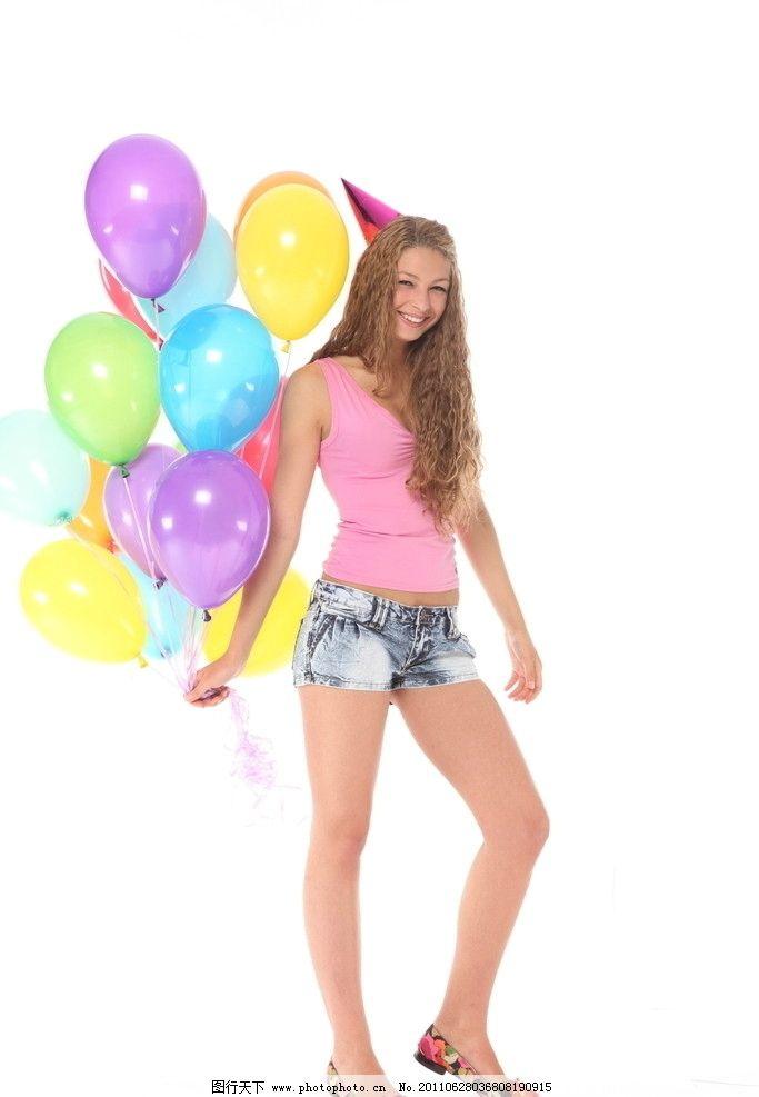拿着气球的高兴美女图片